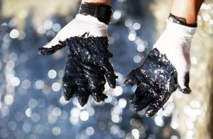Руке радника који ради на чишћењу нафтне мрље на Кипру. Извор: Getty Images